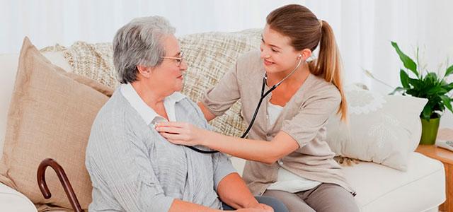 Сиделка с проживанием предоставляет помощь больной на дому